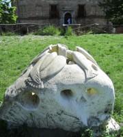 La scultura danneggiata (foto risalente al 2014)