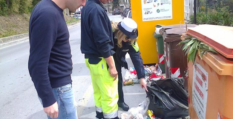 Controllo dei rifiuti (foto di repertorio)
