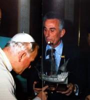 Ferruccio Zoboletti dona la barca d'argento a Giovanni Paolo II