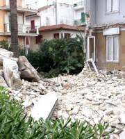 Villa Petrocchi dopo la parziale demolizione (foto d'archivio)