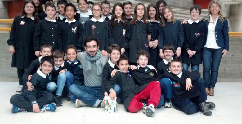 Gianluigi Marinangeli con i ragazzi della 5 C Piacentini e gli insegnanti