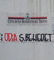 Striscione anti-Gaspari di fronte al Comune