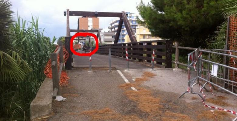 Ponte sul Vibrata chiuso, ma molti vi transitano