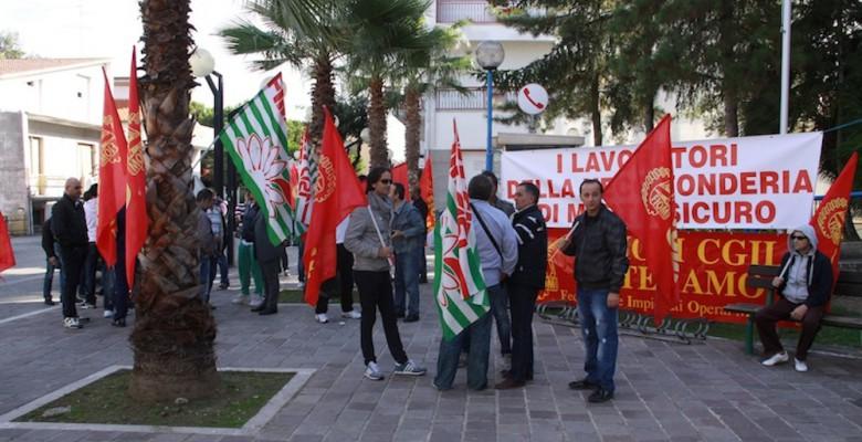 Uno dei numerosi sit in di protesta davanti al Comune di Martinsicuro dei lavoratori Veco