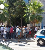 Ambulanti stranieri protestano davanti al Comune