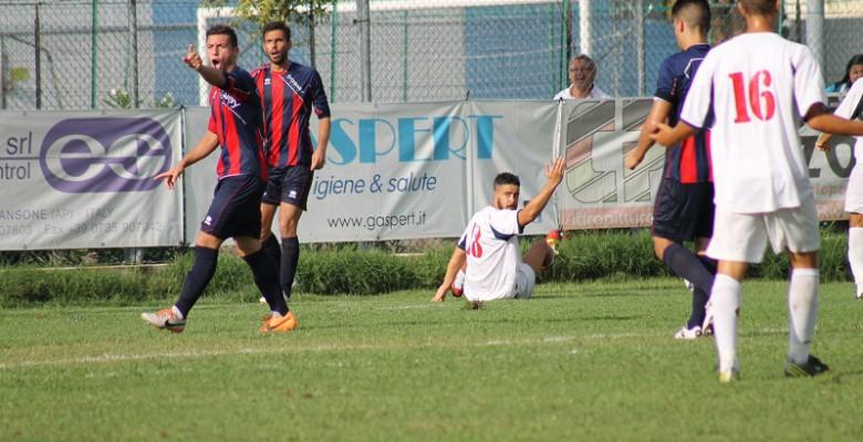 Nella foto l'attaccante del Grottammare Marco Di Crescenzo  durante un azione  di gioco nella sfida di Coppa Italia contro il Montegiorgio