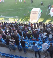 Il pubblico della tribuna in piedi subito dopo il fischio finale.
