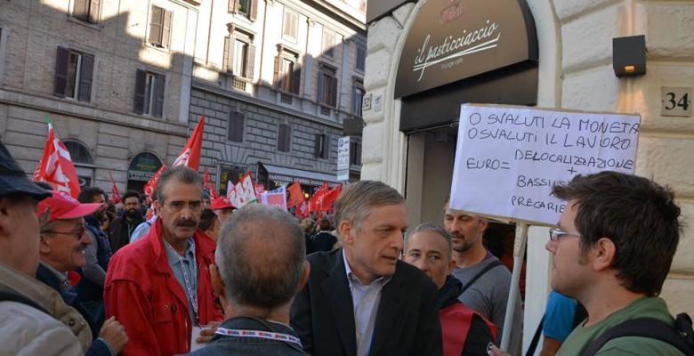 Cuperlo a Roma durante la manifestazione della Cgil parla con alcuni manifestanti che protestano sull'euro