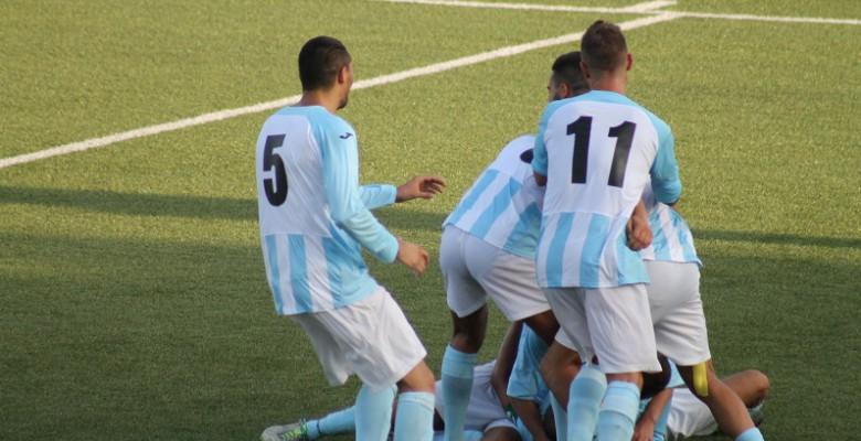 Esultanza Grottammare calcio dopo il gol partita di Di Crescenzo nel derby piceno al Ciarrocchi di Porto d'Ascoli