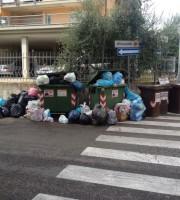 sacchi dell'immondizia in strada