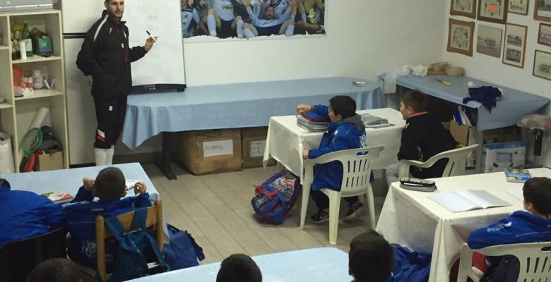 i bimbi della scuola calcio fanno i compiti al campo sportivo