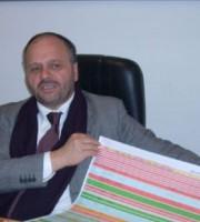 Gaspari mostra il piano lottizzazioni della città, foto del 2010