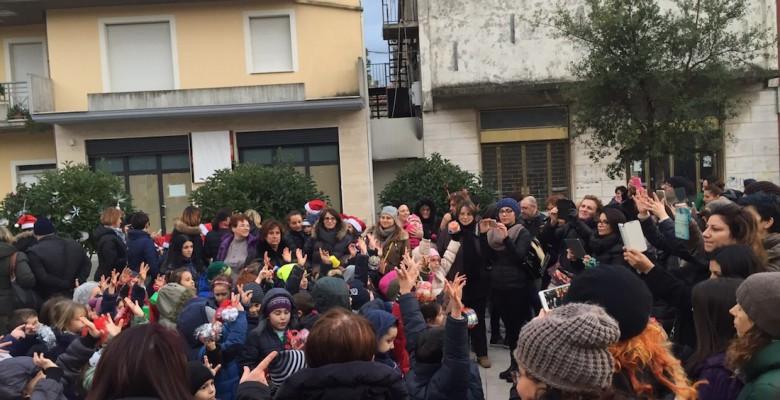 I bimbi delle scuole addobbano gli alberi di Natale in piazza Cavour
