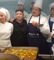 Lo chef Francesco Palestini in cucina con alcuni collaboratori