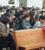 La moglie, i figli, le nuore e i nipoti durante la cerimonia funebre