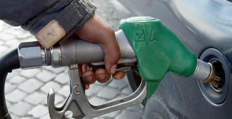 Benzina: sale prezzo, in autostrada punte di 2 euro al litro