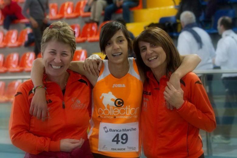 Emma Silvestri con  le allenatrici Mancini (a sinistra) e Bruno (a destra)