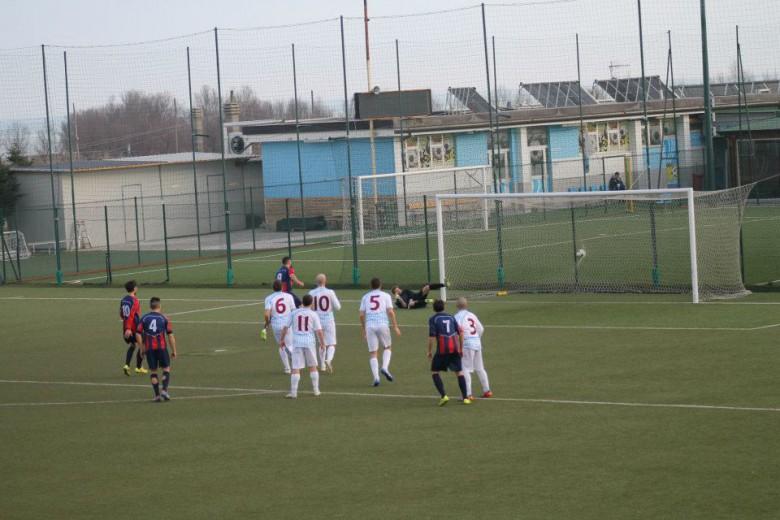 Nella foto Saverio Mastrojanni dopo aver trasformato il rigore dello 0-2 con cui il Montegiorgio ha espugnato Porto d'Ascoli