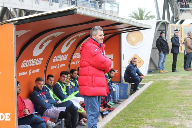 Silvio Paolucci davanti alla panchina