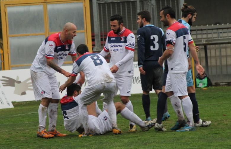 Samb-Celano, Pepe festeggiato dopo il primo gol, foto Bianchini