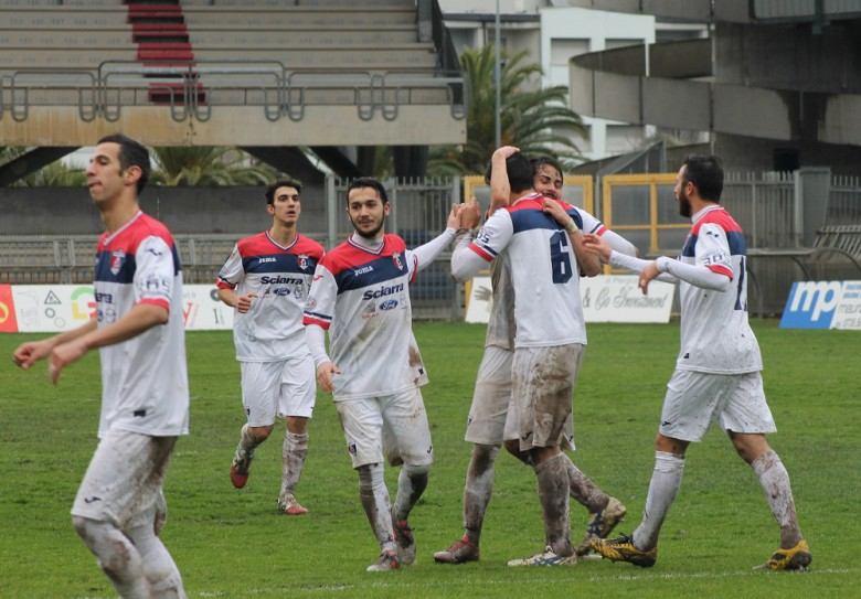 Samb-Celano, i compagni festeggiano la doppietta di Pepe, foto di Bianchini