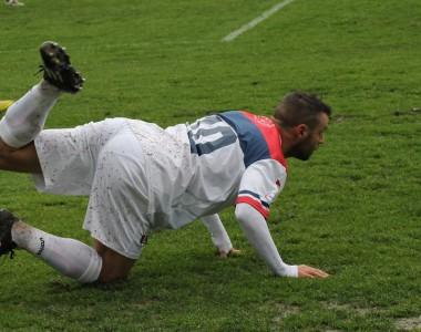 Una curiosa posizione di Napolano, foto Bianchini