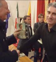La stretta di mano tra Alfiero Caposciutti e Roberto junior