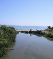 la foce del torrente Vibrata, oggetto di intervento di sistemazione idraulica