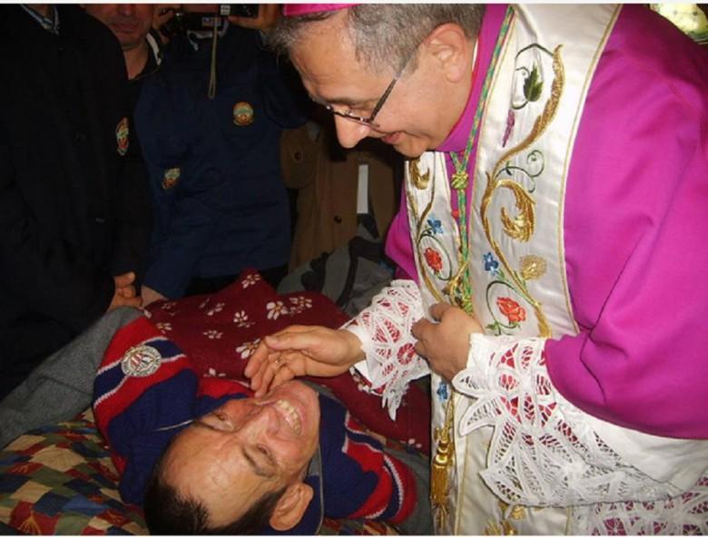 Cesare Cecconi con il vescovo Bresciani foto Ancora On Lin