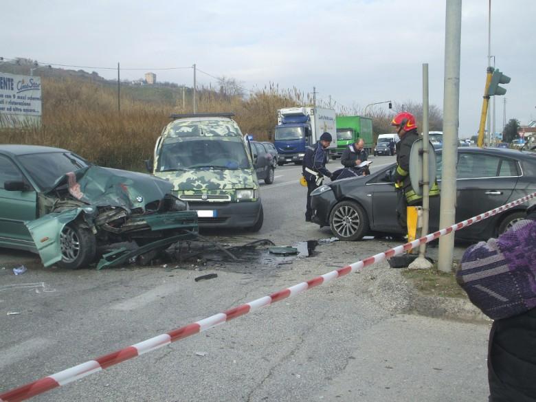 Il grave incidente sulla Ss16 all'altezza di Villa Rosa