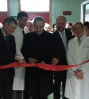 Il vescovo Bresciani taglia il nastro a Chirurgia, vicino a lui il direttore Del Moro, il sindaco Gaspari e l'assessore Sorge