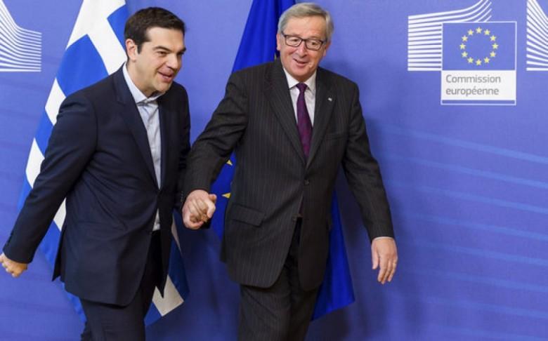 Juncker prende per mano Tsipras, un autogol comunicativo del presidente greco