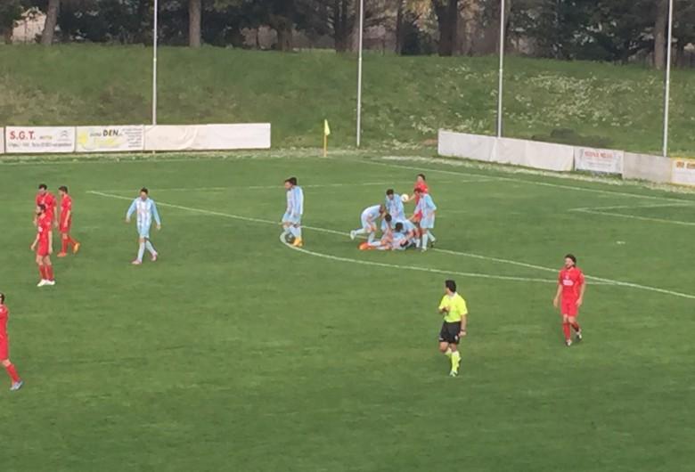 Esultanza Grottammare dopo il gol partita di Mongiello su rigore a Fossombrone