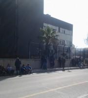Marittimi davanti alla sede della Capitaneria di Porto, 26 marzo