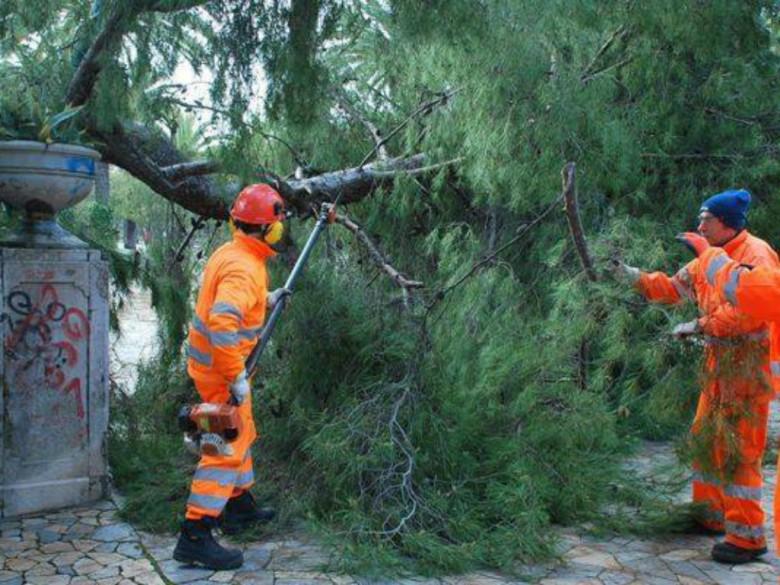Operai comunali al lavoro (foto dal Comune)