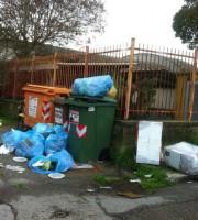 Punto di raccolta rifiuti tra via Asti e via Ivrea, 25 marzo (foto di Sonia Testa)
