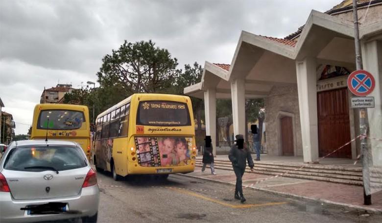 Scuolabus davanti la chiesa di Cristo Re nonostante i danni subiti dalla chiesa, foto di un lettore