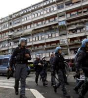Poliziotti durante gli scontri con gli immigrati a Tor Sapienza
