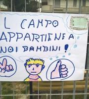 Uno dei cartelli realizzati dai bimbi del quartiere Tronto per protestare contro lo sgambatoio