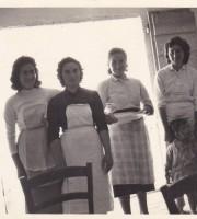 Una foto d'epoca che immortala alcune donne marchigiane nella Toscana degli anni '50