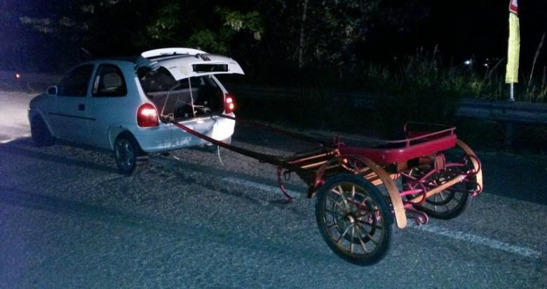 Auto con calesse (Foto della Polizia Stradale)