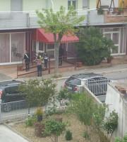 L'arrivo dei carabinieri all'hotel Mediterraneo dopo gli atti vandalici della notte del 6 maggio