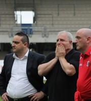 Moneti con le mani sul viso dopo l'eliminazione dai play off. Al suo fianco Bucci e il medico sociale Foto Bianchini