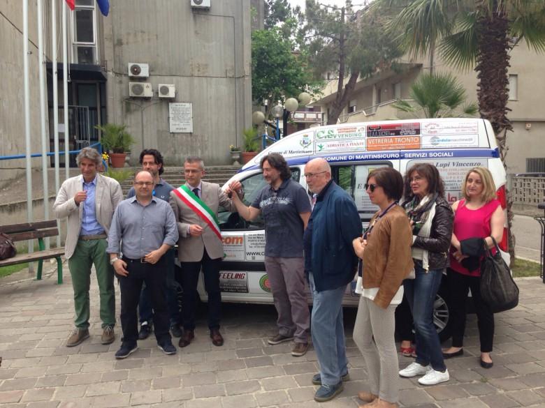 La consegna del Fiat Doblò davanti al municipio di Martinsicuro