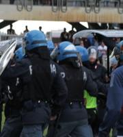 L'arbitro esce dal campo scortato dalla polizia (foto M. Bianchini)