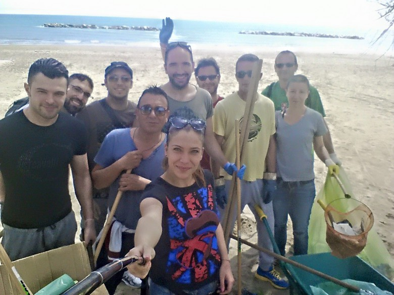 alcuni cittadini alle prese con la pulizia della spiaggia di Martinsicuro