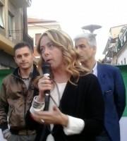 Giorgia Meloni. Dietro Marco Fioravanti