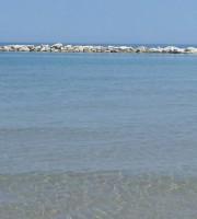 Acque limpide su un tratto di spiaggia di Villa Rosa