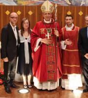 Il neo diacono con il vescovo. A fianco i genitori e il fratello (foto Ancora)