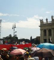 Piazza San Giovanni. A sinistra una bandiera rossoblu